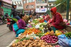 Gatuförsäljare i historisk mitt av staden Störst stad av Nepal, dess ekonomiska mitt Arkivbilder