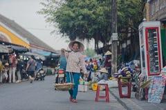 Gatuförsäljare i Hoi An, Vietnam royaltyfri foto