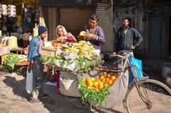Gatuförsäljare i Pakistan royaltyfria foton