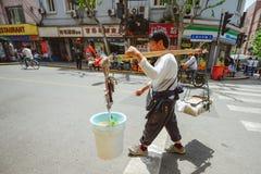 Gatuförsäljare i Shanghai, Kina Royaltyfria Bilder