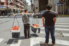 Gatuförsäljare i Shanghai, Kina Royaltyfri Bild