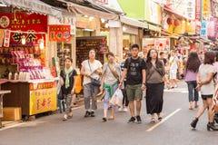 Gatuförsäljare och shoppare på Danshui som shoppar område Arkivfoton