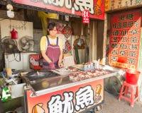 Gatuförsäljare och shoppare på Danshui som shoppar område Royaltyfria Foton