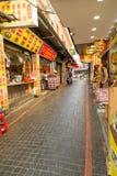 Gatuförsäljare och shoppare på Danshui som shoppar område Arkivfoto