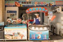 Gatuförsäljare och shoppare på Danshui som shoppar område Royaltyfri Foto
