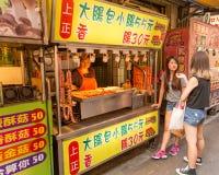 Gatuförsäljare och shoppare på Danshui som shoppar område Royaltyfri Fotografi
