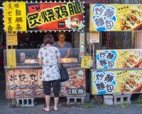 Gatuförsäljare och shoppare på Danshui som shoppar område Fotografering för Bildbyråer