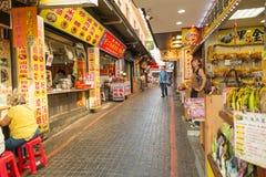 Gatuförsäljare och shoppare på Danshui som shoppar områdesbakgatan Arkivfoton