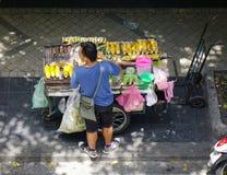 Gatuförsäljare på centret i Bangkok, Thailand Fotografering för Bildbyråer