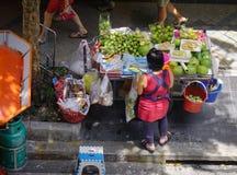 Gatuförsäljare på centret i Bangkok, Thailand Arkivbilder