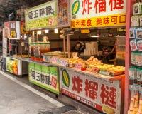 Gatuförsäljare på Danshui som shoppar område Royaltyfri Bild