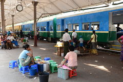 Gatuförsäljare på den Yangon drevstationen Royaltyfri Bild