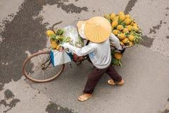Gatuförsäljare på en cykel i Hanoi Arkivfoto