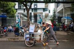 Gatuförsäljare Pushing en vagn royaltyfria bilder