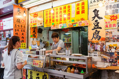 Gatuförsäljare Selling Food i Mongkok, Hong Kong Royaltyfri Bild