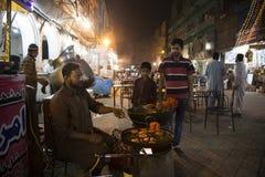 Gatuförsäljare som förbereder mat Jalebi i Lahore Pakistan Royaltyfria Bilder
