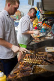 Gatuförsäljare som lagar mat en BBQ Royaltyfri Bild