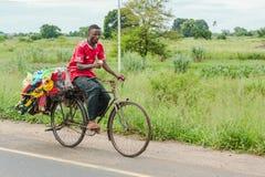 Gatuförsäljare som mycket rider hans baksida av varoren Royaltyfria Bilder