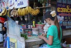 Gatuförsäljare som säljer betelsidor på Yangon arkivfoto