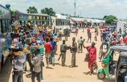 Gatuförsäljare som säljer gods på bussstationen i Mwanza, Tanzania Arkivbilder