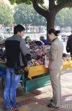 Gatuförsäljare som säljer headwearen Arkivfoto