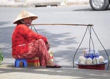 Gatuförsäljare som säljer kokosnötter i Saigon Royaltyfri Bild