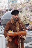 Gatuförsäljaren på rysk nationell festival` Shrove ` på den Tverskaya fyrkanten i Moskva Royaltyfri Bild
