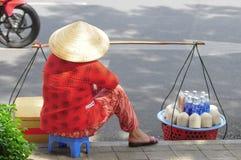 Gatuförsäljare som säljer kokosnötter i Saigon Royaltyfria Foton