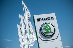 Gatunku ` Skoda ` czeski gatunek samochodu signage na sala wystawowej Obraz Stock