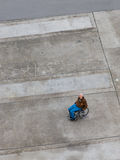 Gauche dans un fauteuil roulant Photographie stock libre de droits