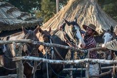 Gaucho kümmert sich um seinem Pferd im Campo Stockfotografie