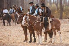 Gauchos que montan un caballo en la exposición Fotografía de archivo libre de regalías