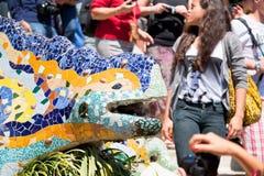 Gaudi的多彩多姿的马赛克龙喷泉 免版税库存照片
