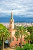 Gaudi议院博物馆的游人在公园Guell在巴塞罗那 库存照片