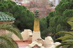 Gaudi议院屋顶和烟囱在公园Guell,巴塞罗那 免版税库存照片