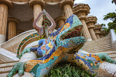 gaudi马赛克龙蝾虫原在巴塞罗那公园guell的  免版税库存图片