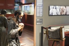 Gaudi ` s展览会提出走与建筑师` s个人财产和测试mo的Gaudi的永久陈列 免版税库存照片