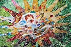 Gaudi ` s马赛克太阳的详细的图象在公园Guell 库存图片