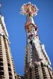 Gaudi ` s Sagrada Familia i Barcelona, en av dess fenominal står högt Royaltyfri Fotografi