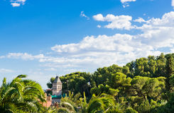 有塔的Gaudi的房子在公园Guell 图库摄影