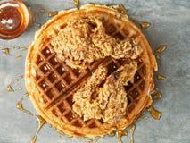 Gaufre américaine du sud rustique de poulet de nourriture de confort photos libres de droits