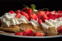Gaufre avec de la crème et la fraise fouettées Image stock