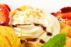 Gaufre avec la crème fouettée Photos stock