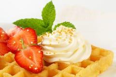 Gaufre avec la crème fouettée Image libre de droits