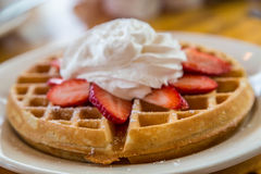 Gaufre complétée avec les fraises et la crème fouettée Photo libre de droits