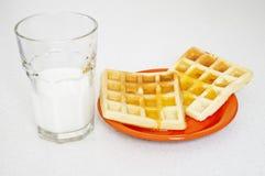 Gaufre délicieuse d'un plat avec la tasse de lait, Photo stock