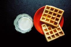 Gaufre délicieuse d'un plat avec la tasse de lait, Photographie stock