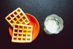 Gaufre délicieuse d'un plat avec la tasse de lait, Photo libre de droits