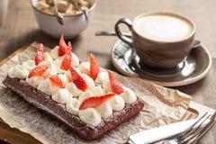 Gaufre de chocolat avec de la crème et les fraises fouettées Photographie stock libre de droits