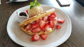 Gaufre de fraise avec de la glace à la vanille Image stock